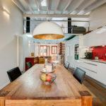 Totale in Studio in Palma mit Küchentisch auf dem Obst steht im Vordergrund